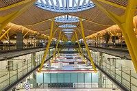 Vue intérieure de l'aérogare de l'aéroport Adolfo Suárez Madrid-Barajas. (définition réelle 4896×3264)